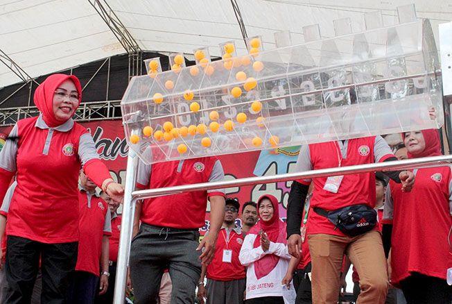 UNDIAN HADIAH: Bupati Grobogan Sri Sumarni mengundi hadiah dalam HUT Ke-45 PPNI.