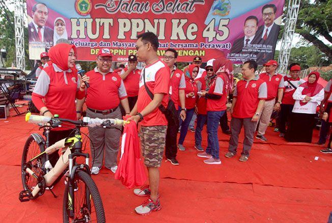 YEE DAPAT SEPEDA: Salah satu peserta mendapatkan sepeda dalam acara ini.