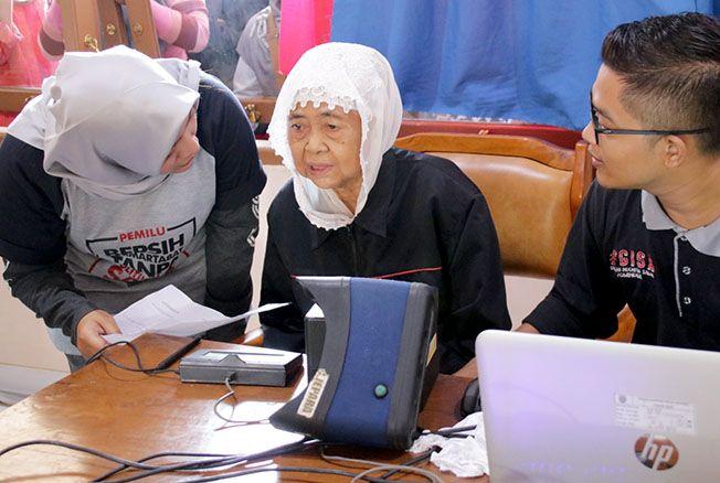RAMAI: Masyarakat mengantre layanan perekaman e-KTP di Rumah Jagong komplek alun-alun Jepara, Minggu (17/3) pagi kemarin.