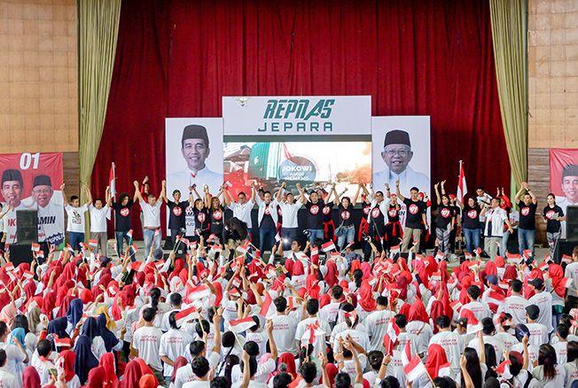 DEKLARASI: Seribuan relawan yang tergabung dalam Pengusaha Muda Nasional (Repnas) Jepara mendeklarasikan dukungannya kepada paslon Joko Widodo-Ma'ruf Amin di Gedung Wanita Jepara baru-baru ini.