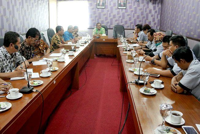 CARI JALAN TENGAH: Bupati Blora Djoko Nugroho memimpin audiensi bersama PKL Taman Seribu Lampu.