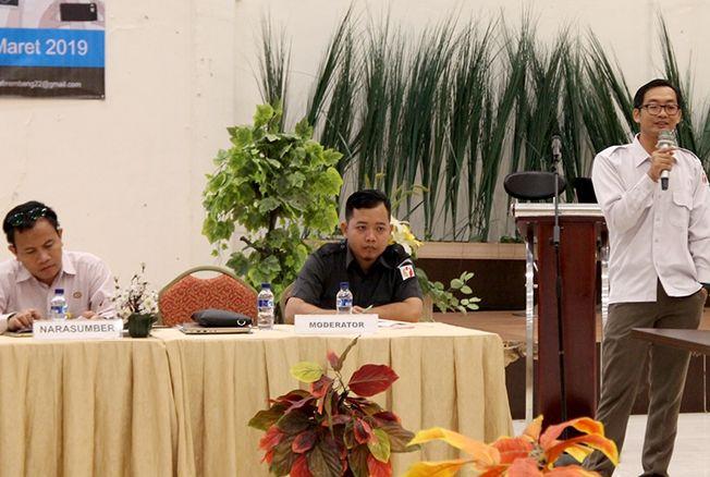 SANTAI: Anggota Bawaslu Rembang Amin Fauzi memberikan paparan dalam forum Rapat Umum dan Iklan di Media di Hotel Gajahmada kemarin.