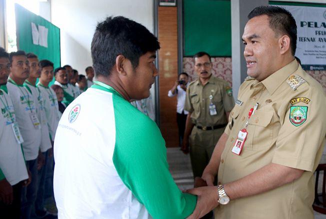 BERI MOTIVASI: Wakil Bupati Blora Arief Rohman memberi semangat kepada peternak yang mengikuti pelatihan ayam joper dari Kemendes PTT.