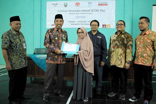 PEDULI: Bupati Rembang, Abdul Hafidz bersama Regional Relation dan CSR Sampoerna, Kukut Dwi Kristianto dan Program Koordinator Bedo, Hanung memberikan sertifikat pada pelaku UKM.