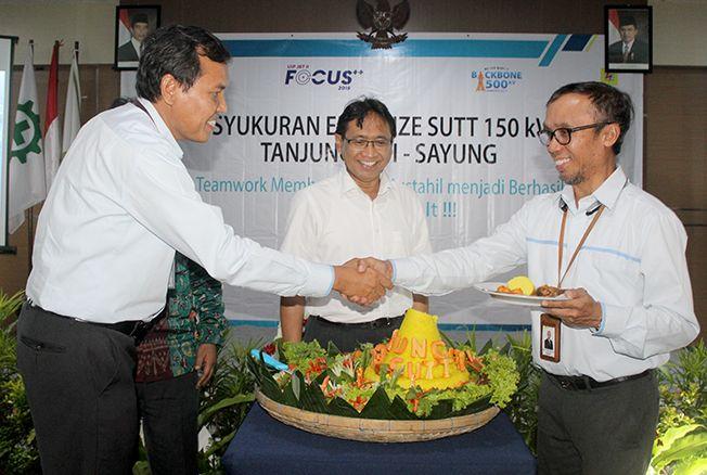 SAKSIKAN:  General  Manager  PT.  PLN  (Persero)  Unit  Induk  Kit  TJB  Komang  Pramita  memberikan ucapan selamat. Tersambungnya energize SUTT 150 kV ini tambah keandalan