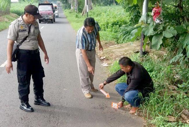 IDENTIFIKASI: Petugas Mapolsek Gembong melakukan olah TKP penganiayaan di Jalan Gembong-Pati kemarin.