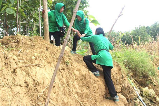 PENUH PERJUANGAN: Anggota Persit Kodim 0721/Blora berada di lokasi TMMD di Desa Jurangjero, Kecamatan Bogorejo.