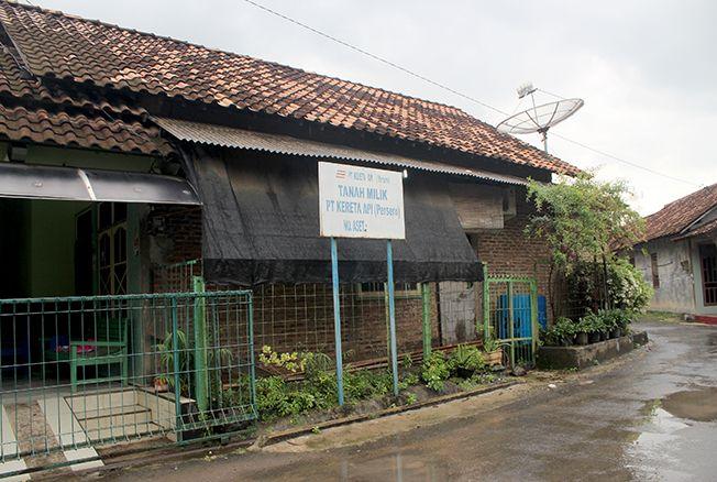 ASET MASIH UTUH: Salah satu bangunan yang berdiri di tanah milik PT Kereta Api di Desa Doropayung, Kecamatan Juwana, Pati.