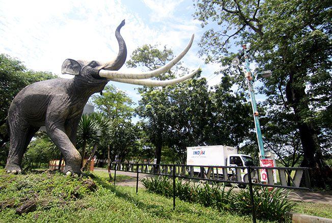 SAMBUT WISATAWAN: Patung gajah purba yang berada di pintu masuk kawasan situs purbakala Patiayam menyambut setiap kehadiran wisatawan yang berkunjung.