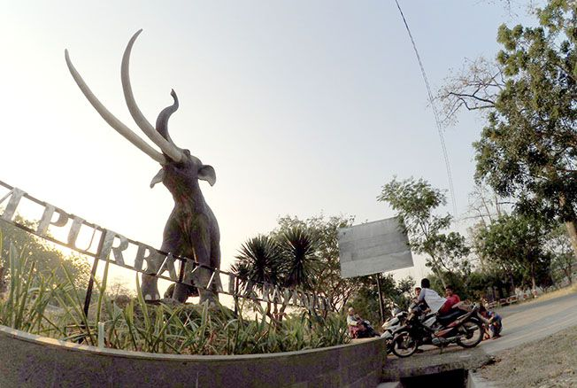 SITUS PURBAKALA: Suasanya senja di depan patung gajah purba yang berada di depan situs Purbakala Patiayam.