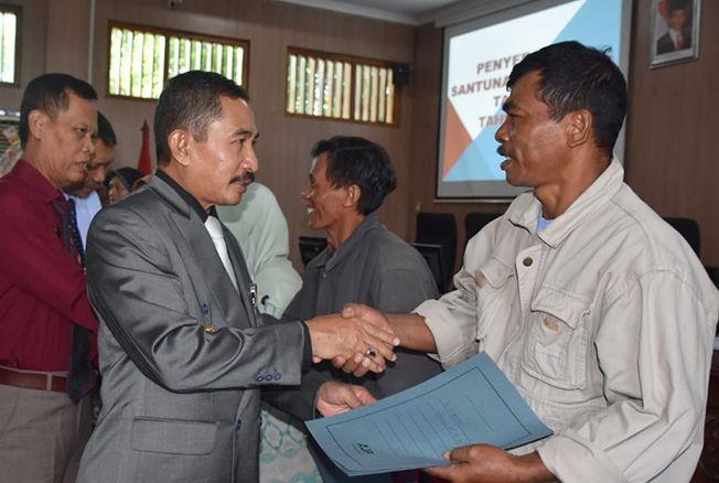 DISERAHKAN BUPATI: Bupati Pati Haryanto memberikan santunan kematian tahap pertama di setda setempat kemarin.