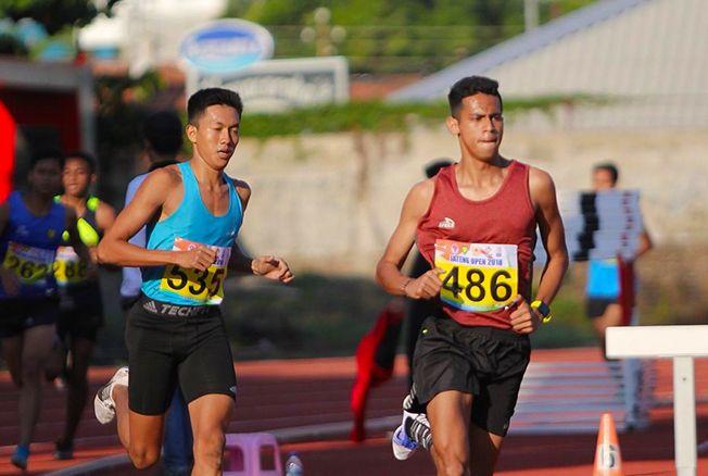 FOKUS BERLARI: Atlet atletik Kudus, Sholidin Usman (biru) saat berlaga di Jateng Open 2018 lalu.