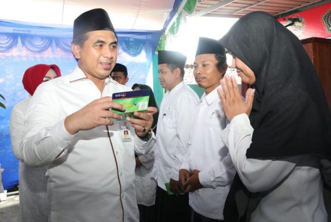 PENUHI JANJI: Wagub Jateng Taj Yasin memberikan buku rekening bantuan untuk guru ngaji di Kabupaten Grobogan (13/4) lalu.