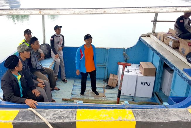 DIKIRIM: Logistik Pemilu 2019 untuk Pulau Parang dan Pulau Nyamuk dikirim kemarin.