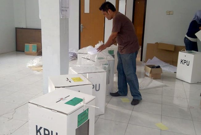 LENGKAP: Pegas memeriksa salah satu boks surat suara di Kantor KPU Rembang kemarin.