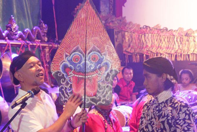 HADIR LANGSUNG: Wakil Bupati Jepara, Dian Kristiandi saat hadir dalam Pagelaran Pentas Wayang Kulit semalam suntuk Sabtu malam (13/4) di Alun-alun Jepara.