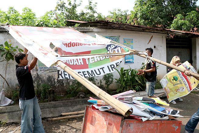 DITERTIBKAN: Petugas Bawaslu Kecamatan Purwodadi lakukan penertiban APK memasuki hari tenang kemarin.