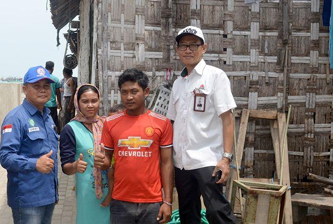 BERSYUKUR: Muhammad Nur Soleh dan Siti Asmara nelayan warga Desa Sarang Meduro bersyukur setelah rumah mereka yang sering tergenang air laut kini dibangun PT Semen Gresik.