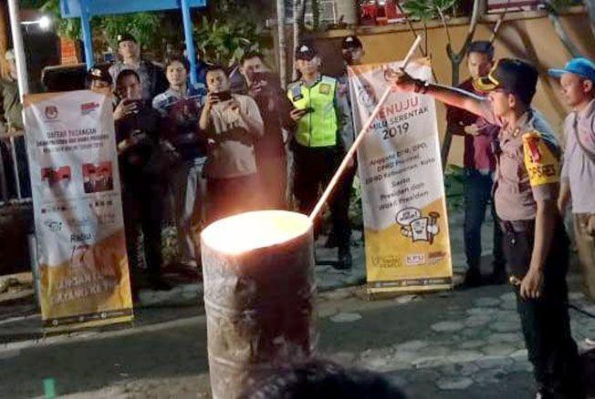 DIBAKAR: KPU Rembang memusnahkan ribuan surat suara yang sisa di halaman kantor setempat, Selasa (16/4) malam.