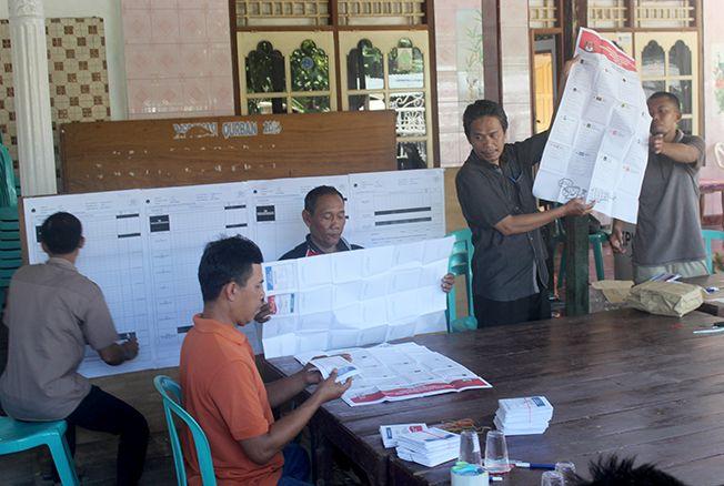 DIHITUNG ULANG: Petuga KPPS di TPS 7 Desa Margomulyo, Tayu, Pati, menghitung ulang surat suara caleg kemarin.