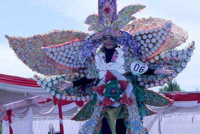 DARI BARANG BEKAS: Salah satu peserta Semen Gresik Recycle Fashion Carnival beraksi di panggung, kemarin.