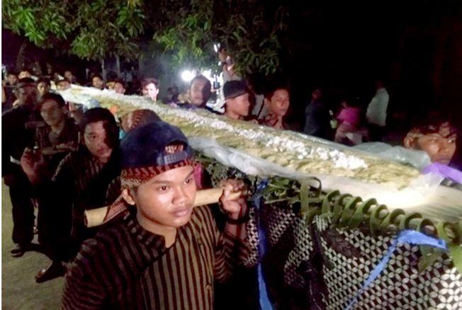 DIARAK: Puli sepanjang 15 meter diarak warga Desa Kendengsisialit, Welahan, kemarin malam.