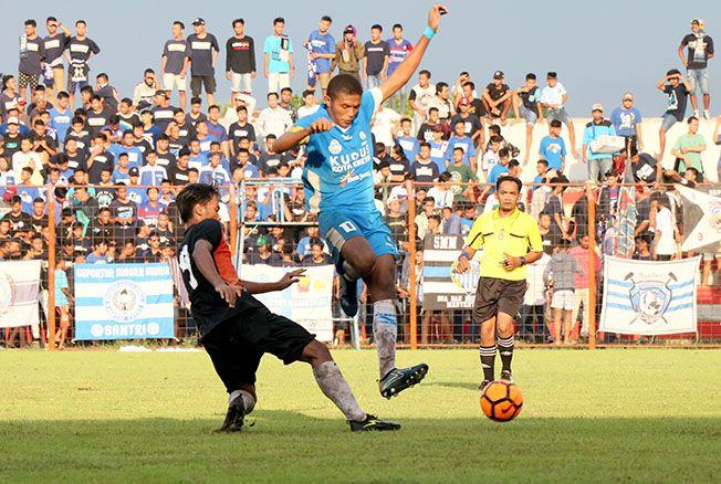 BELUM KALAH: Pemain Persiku Kudus berjibaku mempertahankan bola dari kejaran pemain Persebi Boyolali dalam laga uji coba yang digelar di Stadion Wergu Wetan kemarin.