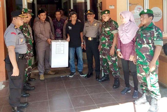 KIRIM HASIL REKAPITULASI: Petugas sedang membawa kotak suara yang berisi hasil rekapitulasi suara pemilu di Kabupaten Kudus untuk dikirimkan ke KPUD Propinsi Jateng, Sabtu (4/5) kemarin.