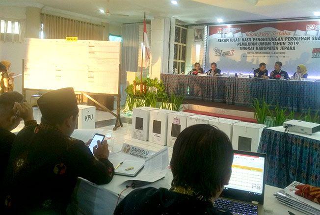TUNTAS: KPU Kabupaten Jepara tuntas melakukan rekapitulasi tingkat kabupaten di Hotel Jepara Indah Minggu (4/5) malam.