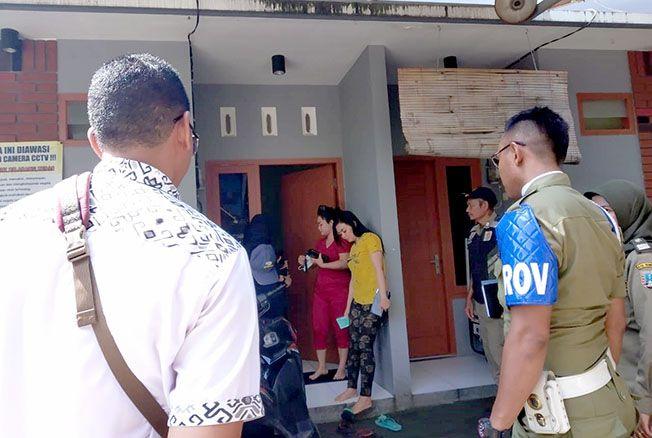 DIBATASI: Petugas Satpol PP Rembang saat melakukan operasi dan pendataan di mako usai menyasar di tempat kost maupun hotel wilayah Kabupaten Rembang hari Sabtu (4/5) lalu.