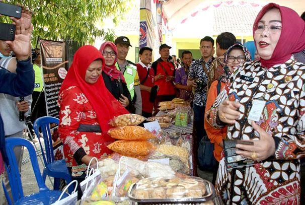 PANTAU STAN: Bupati Grobogan Sri Sumarni memantau dan menanyakan harga di stand pasar murah di Desa Teguhan, Kecamatan Grobogan kemarin.
