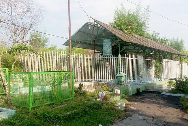MENYATU: Makam KH Cholil Harun dan keluarga berada satu kompleks dengan pemakaman umum di desa setempat.