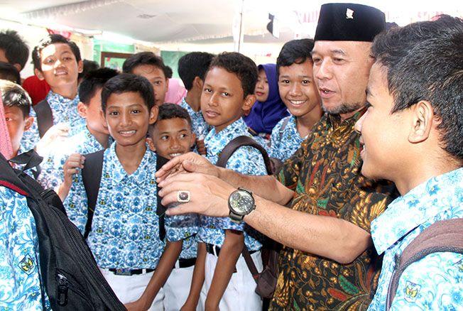 BERI SUPORT: Wakil Bupati Jepara Dian Kristiandi memberi pengarahan kepada para pelajar SMP baru-baru ini. Pengumuman hasil UN SMP/MTs akan disampaikan sekolah kepada orang tua langsung.