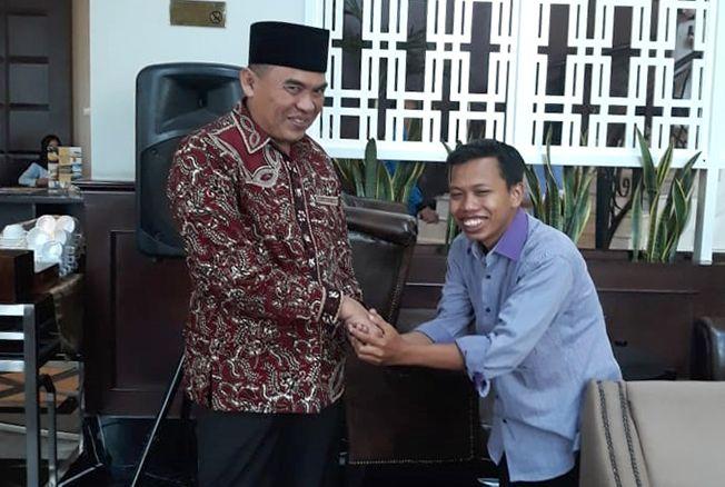 SEBELUM DIPERIKSA KPK: Pemred Jawa Pos Radar Kudus Zainal Abidin (kanan) bersalaman dengan Bupati Jepara Ahmad Marzuqi di Royal Kuningan Hotel, Jakarta, kemarin.