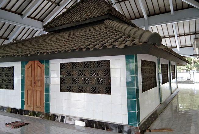 DIBANGUN APIK: Makam KH Abdul Kohar atau Sunan Ngampel dibuatkan cungkup permanen oleh masyarakat di Desa Ngampel, Kecamatan Kota, Blora.