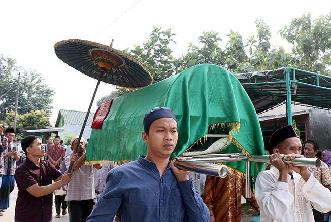DIMAKAMKAN: Jenazah korban tenggelam di Sungai Gelis Desa Panjang Bae Kudus saat bermain dan tenggelam kemarin dimakamkan.