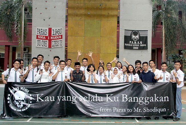 "COME BACK: Kepala SMAN 1 Kudus Shodiqun (tengah) foto bersama para pengurus OSIS SMAN 1 Kudus saat perayaan bertema ""Welcome Back Mr Shodiqun My Best Teacher"" kemarin."