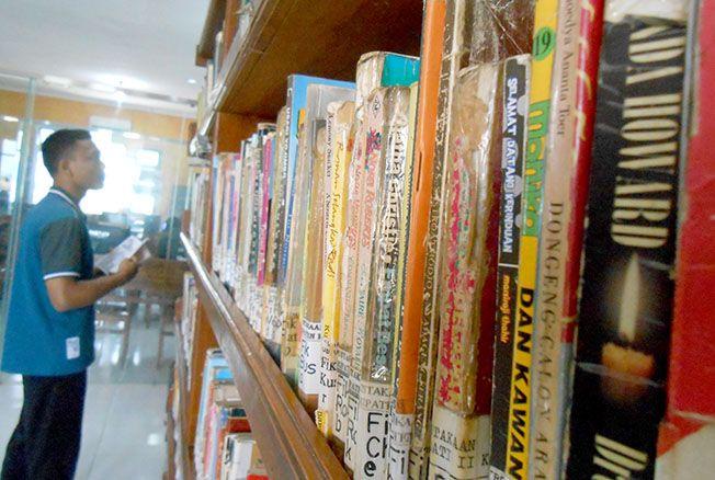 TAMBAH KOLEKSI: Dinas Arsip dan Perpustakaan Daerah menambah koleksi buku baru tahun ini.