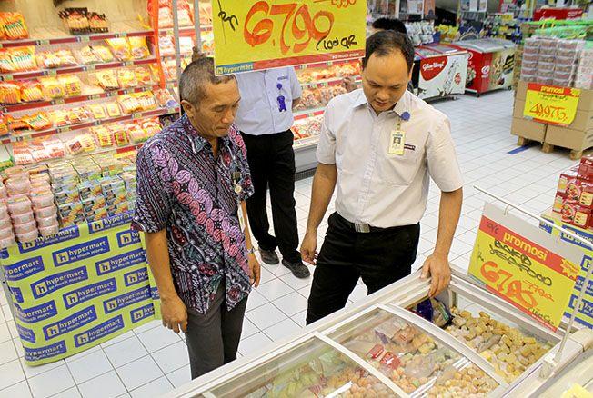 TINDAK TEGAS: Petugas sedang memeriksa makanan untuk menyisir peredaran makanan tak berizin.
