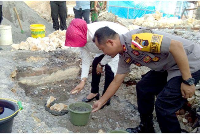 MULAI PEMBANGUNAN: Bupati Sri Sumarni bersama Wakapolres Kompol Dwi Hendro Pudiyanto meletakan batu pertama pembangunan Mapolsek Grobogan, Kamis (23/5).