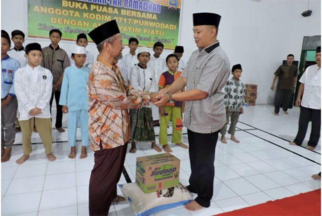 RAMADAN: Kodim 0717/Purwodadi memberi santunan ke anak yatim di aula makodim.