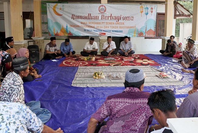 Dialog dan buka bersama warga sekitar pabrik Semen Gresik.