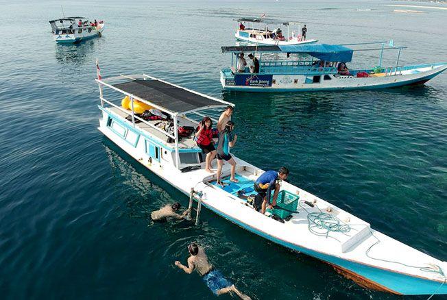 PRIMADONA WISATA: Sejumlah wisatawan berenang di salah satu destinasi wisata yang berada di Karimunjawa baru-baru ini.