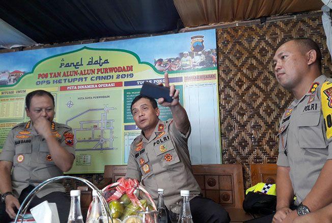 BINCANG SANTAI: Wakapolda Jawa Tengah Brigjend Pol Ahmad Luthfi mengecek kesiapan personel di pos pengamanan lebaran di Jalan Purwodadi-Godong kemarin.