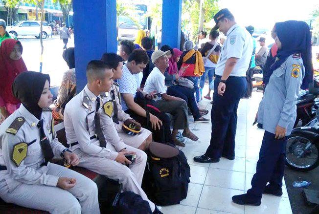 PANTAU: Petugas dari Dinas Perhubungan Kabupaten Pati mengecek kendaraan di Terminal Kembangjoyo pagi kemarin.
