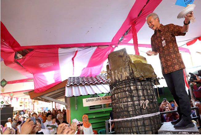 NIKMAT: Gubernur Ganjar Pranowo mengiris lopis raksasa di TPQ Miftakhul Ulum Pekalongan kemarin.