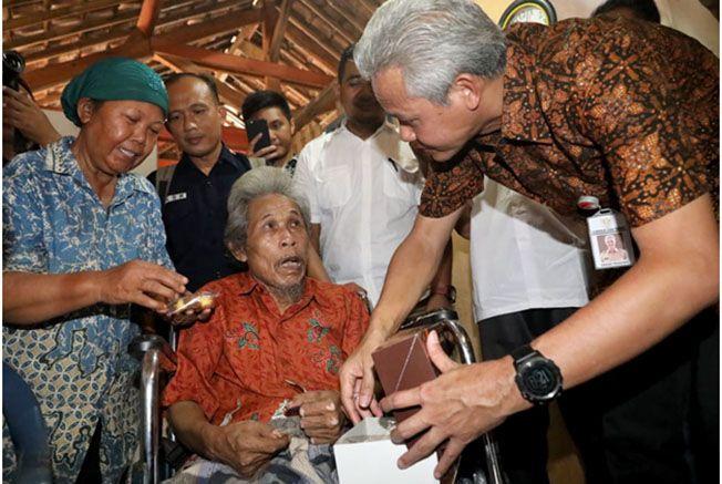BERI BANTUAN: Gubernur Jateng Ganjar Pranowo menyerahkan bantuan renovasi RTLH kepada Tarjadi (69) warga Desa Salit, Pekalongan kemarin.