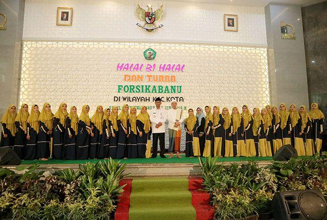 KOMPAK: Seluruh panitia halalbihalaldan Turba Forsikabanu foto bersama Bupati Kudus HM Tamzil dan Habib Novel Alaydrus kemarin.