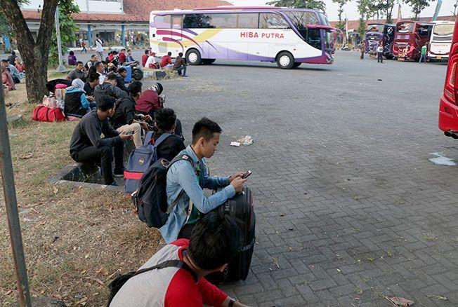 TIKET MASIH MAHAL: Harga tiket masih tinggi bagi masyararakat yang menggunakan jasa transportasi armada bus di Terminal Jati Kudus menuju Jakarta kemarin.