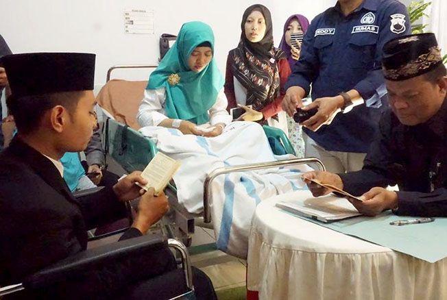MENIKAH DI RUMAH SAKIT: Dua anggota Polres Grobogan melangsungkan ijab Kabul pernikahan di RSUD R Soedjati Purwodadi karena keduanya menjalani perawatan usai kecelakaan.